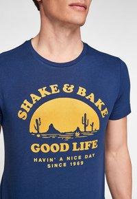s.Oliver - MIT SCHRIFTPRINT - Print T-shirt - blue good life print - 4