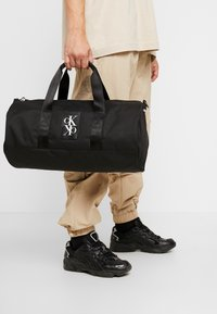 Calvin Klein Jeans - SPORT ESSENTIALS  DUFFLE  - Sports bag - black - 1