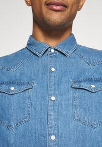 Scotch & Soda - CLASSIC WESTERN IN SEASONAL WASHES - Shirt - light-blue denim - 7