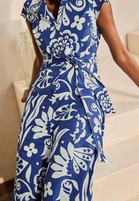 Boden - ROWENA  - Shirt dress - gipfelblau/tropischer garten - 3