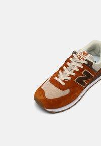 New Balance - 574 UNISEX - Sneakersy niskie - canyon - 6