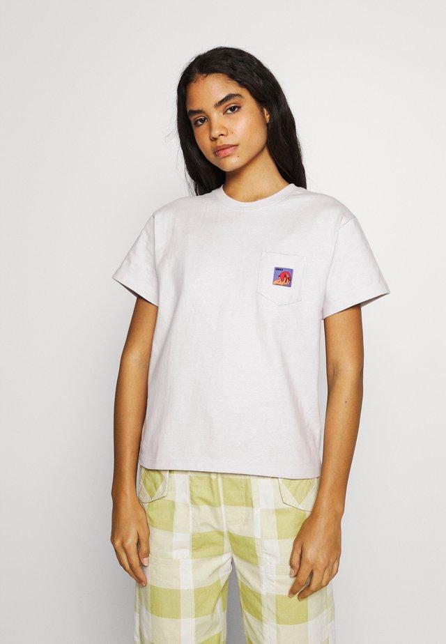 APPLE POCKET TEE - Camiseta estampada - iris