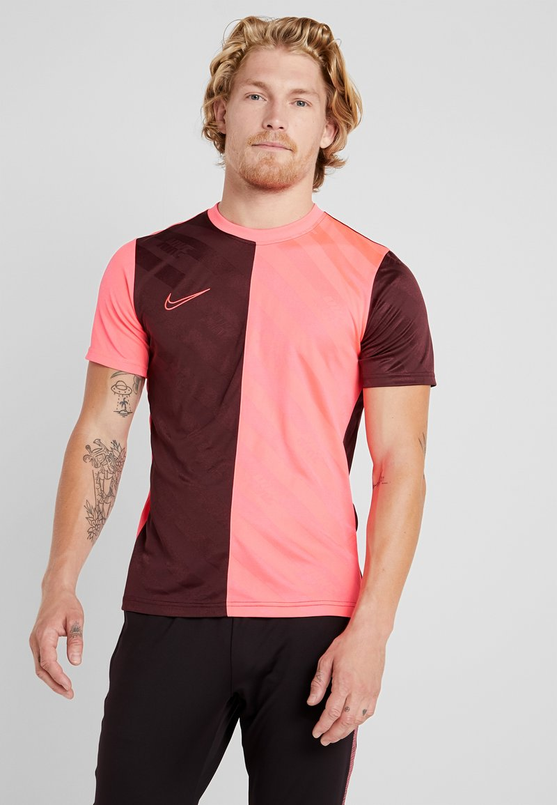 Nike Performance - DRY ACADEMY - Camiseta estampada - night maroon/racer pink