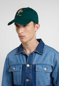 Polo Ralph Lauren - CLASSIC SPORT CAP BEAR - Cap - college green - 1