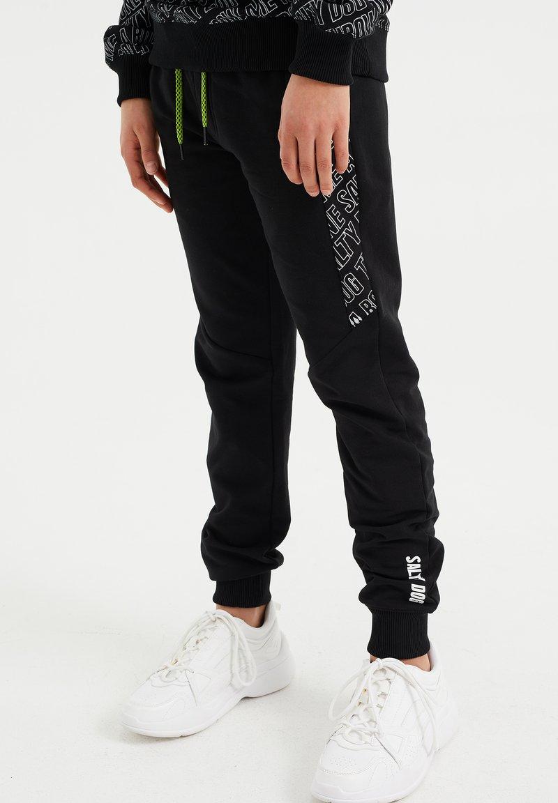 WE Fashion - SALTY DOG - Trainingsbroek - black