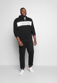 Calvin Klein - LOGO STRIPE HOODIE - Hoodie - black - 1