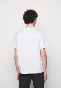 Neil Barrett - THUNDERBOLT DEFINITION SERIES - Triko spotiskem - white/red/black - 2