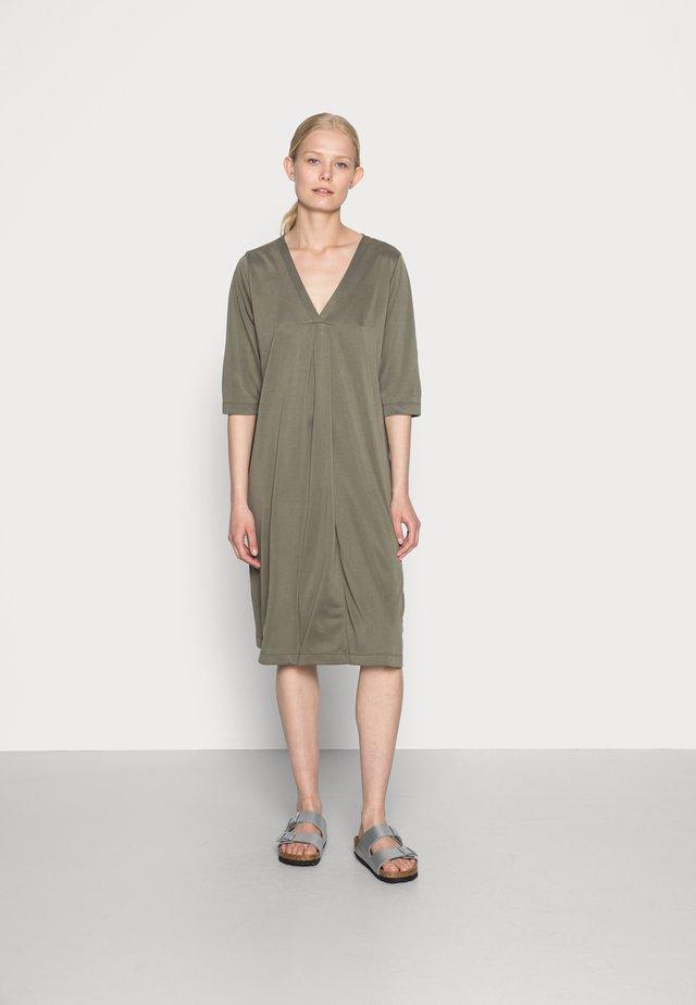 MODALA DRESS - Sukienka z dżerseju - sea turtle