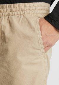 Vans - MN RANGE SHORT 18 - Shorts - khaki - 3
