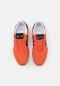 Armani Exchange - RETRO RUNNER - Sneakers basse - orange/black - 3