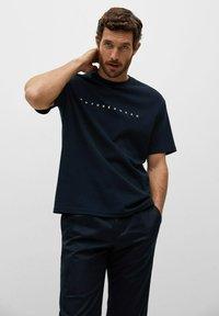 Mango - FUTURE-I - T-shirt print - bleu marine foncé - 0