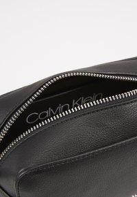 Calvin Klein - MUST CAMERABAG - Sac bandoulière - black - 4