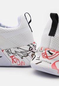 Reebok - FLASHFILM TRAIN 2.0 - Zapatillas de entrenamiento - footwear white/core black/vector red - 5