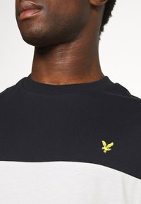 Lyle & Scott - CUT AND SEW RELAXED FIT - T-shirt med print - dark navy - 5