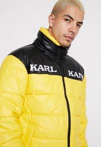 Karl Kani - RETRO BLOCK PUFFER JACKET - Zimní bunda - yellow/black - 3