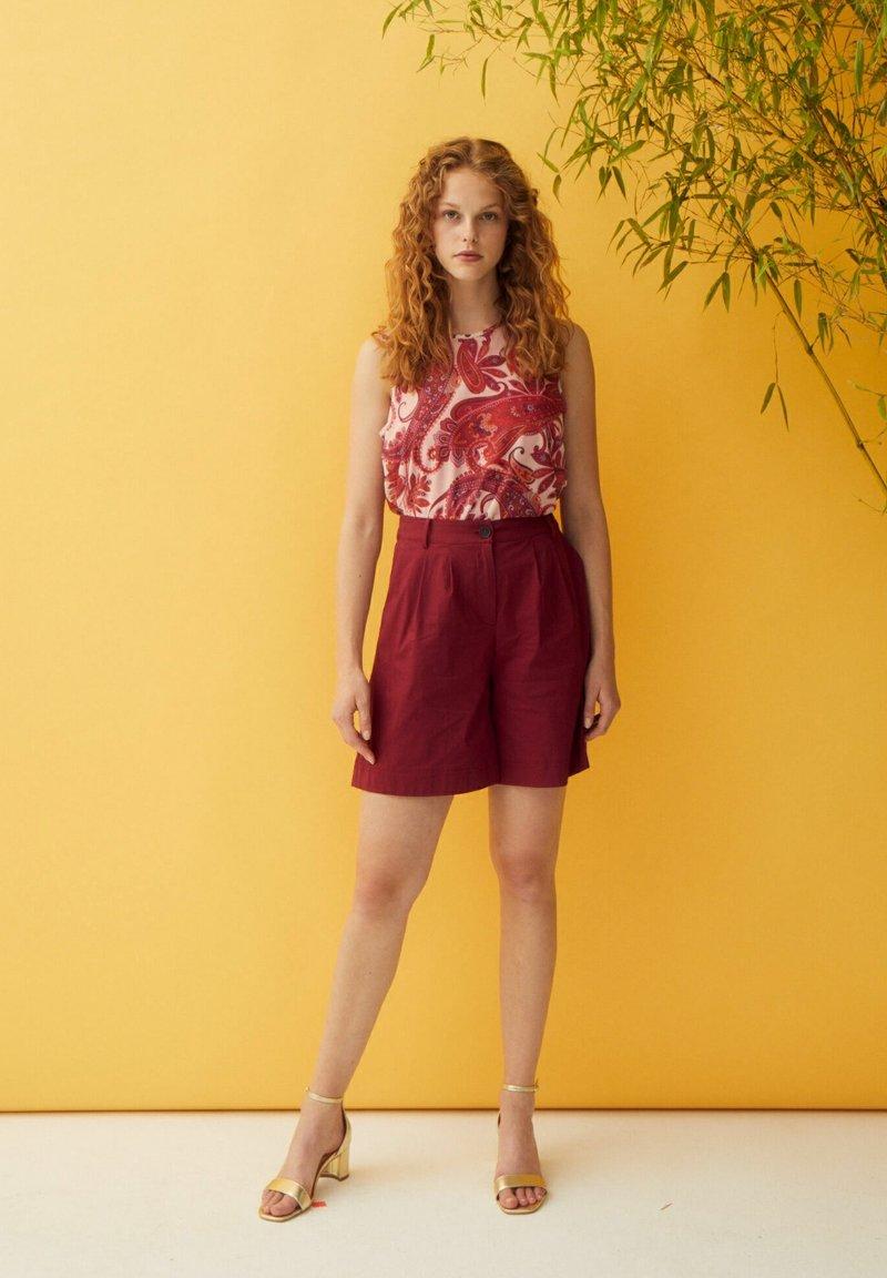 More & More - Shorts - dunkelrot