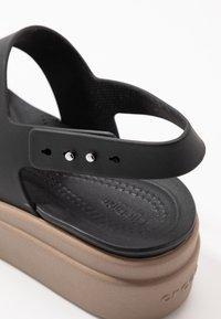 Crocs - BROOKLYN LOW WEDGE - Plateausandalette - black/mushroom - 2