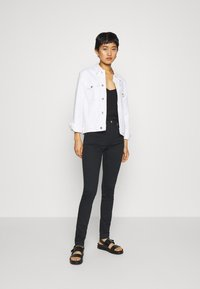 Calvin Klein Jeans - HIGH RISE SKINNY - Jeans Skinny - black denim - 1