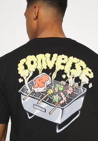 Converse - SUMMER COOKOUT SHORT SLEEVE TEE - Printtipaita - black - 6