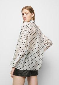 maje - CATHERINA - Button-down blouse - blanc/noir - 2