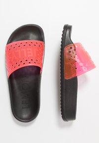 LEMON JELLY - EVIE - Sandály do bazénu - black/neon pink - 3