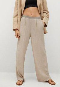 Mango - FLUIDO PLISADO - Trousers - marrón medio - 0