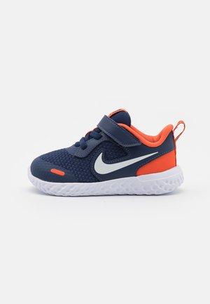 REVOLUTION 5 UNISEX - Obuwie do biegania treningowe - midnight navy/white/orange