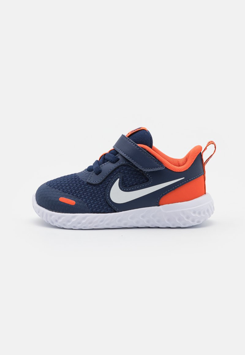 Nike Performance - REVOLUTION 5 UNISEX - Zapatillas de running neutras - midnight navy/white/orange
