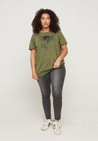 Zizzi - Print T-shirt - ivy green - 1