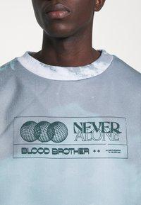 Blood Brother - SLOGAN TIE DYE UNISEX  - Sweat à capuche zippé - mint - 5