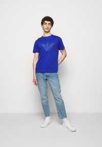 Emporio Armani - T-shirt z nadrukiem - dark blue - 1