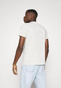 Burton Menswear London - SHORT SLEEVE CREW 3 PACK - Basic T-shirt - off white/navy/dusty - 3