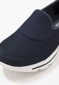Skechers Performance - GO WALK EVOLUTION ULTRA - Sportieve wandelschoenen - navy/white - 5