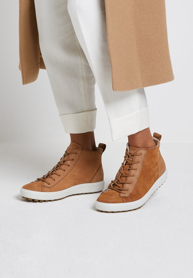 SOFT  - Šněrovací kotníkové boty - camel