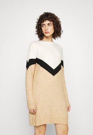 VMGINGOBLOCK O NECK DRESS - Sukienka dzianinowa - tan/black/birch