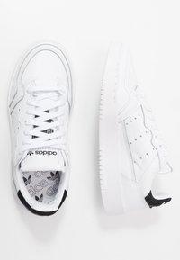 adidas Originals - SUPERCOURT - Matalavartiset tennarit - footwear white/core black - 2