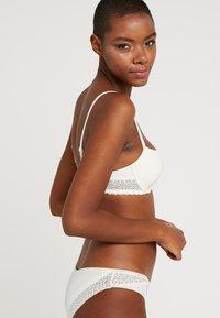Calvin Klein Underwear - FLIRTY - Braguitas - ivory - 2