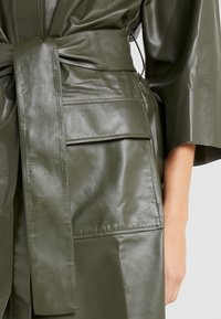 CLOSED - SHILOH - Blousejurk - shadow green - 5