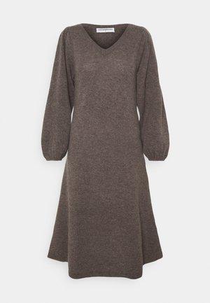 LINE LONG DRESS - Pletené šaty - heather brown