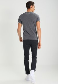 Pepe Jeans - ROBINIA SLIM FIT - T-shirt z nadrukiem - 984 - 2