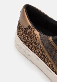 MICHAEL Michael Kors - SLADE LACE UP - Sneakers basse - black/bronze - 6