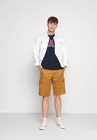 GAP - BAS ARCH - Print T-shirt - tapestry navy - 1
