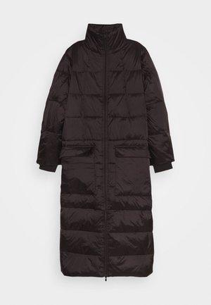 AISHA LONG - Kabát zprachového peří - black