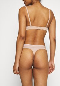 Calvin Klein Underwear - ONE MICRO THONG - String - honey almond - 2