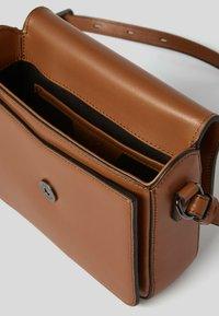 KARL LAGERFELD - Across body bag - a747 caramel - 3