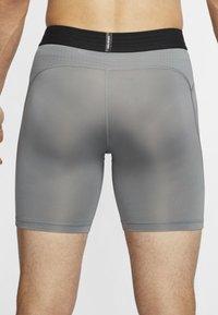 Nike Performance - Pantalón corto de deporte - smoke grey/black - 2