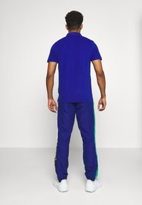 Lacoste Sport - TENNIS PANT - Spodnie treningowe - cosmic/greenfinch/white/black - 2