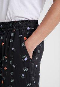 Holzweiler - BOB PRINT SHORTS - Shorts - black - 3