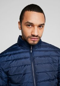 Only & Sons - ONSGEORGE QUILTED HIGHNECK - Chaqueta de entretiempo - dress blues - 3