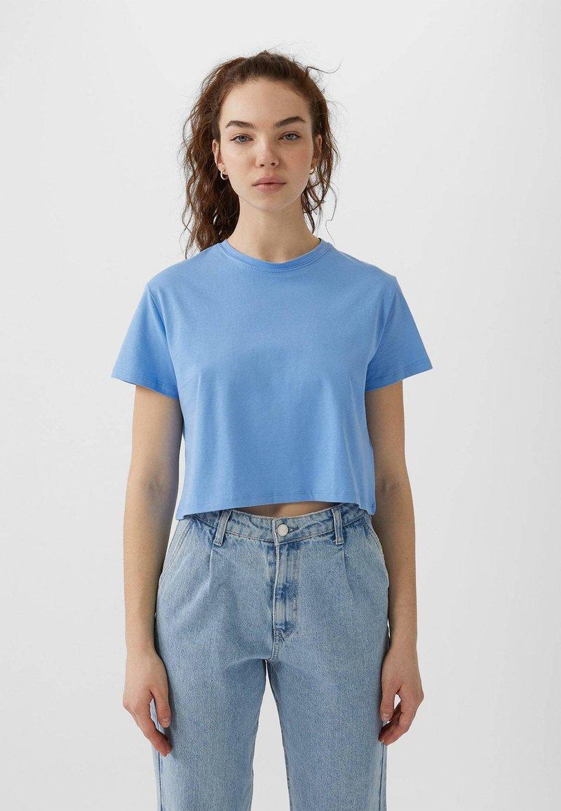 Stradivarius - MIT KURZEN ÄRMELN - T-shirt basique - blue